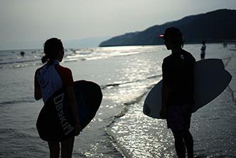 サーフィンみたいな波打ち際のスポーツ スキムボードとは about skimboard