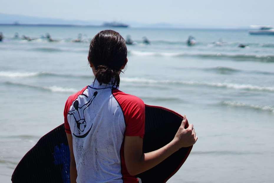 サーフィンみたい 波打ち際 浜辺でサーフィン スポーツ スキムボードとは スキムガール サーフガール スノーボード オフトレ