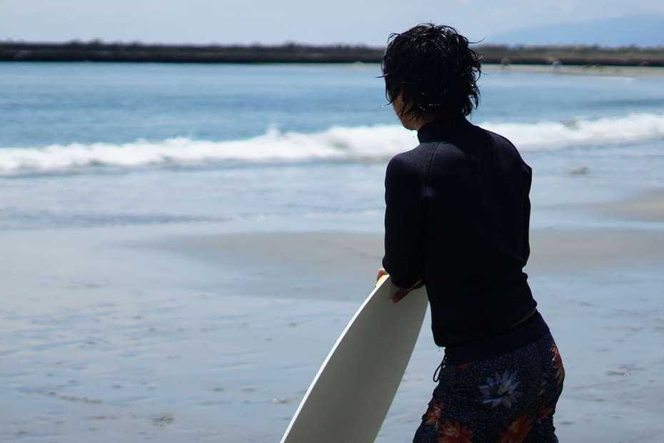 サーフィンみたい 波打ち際 浜辺でサーフィン スポーツ スキムボードとは スキムガール サーフガール スノーボード オフトレ HowTo 乗り方