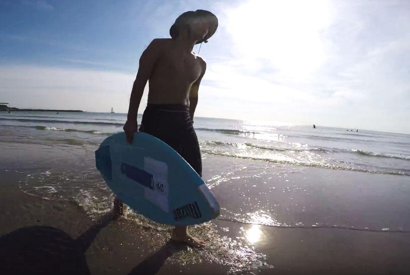 サーフィンみたい 波打ち際 浜辺でサーフィン マリンスポーツ スキムボードとは about skimboard ラグビーボールのような形 フィン無し ボード